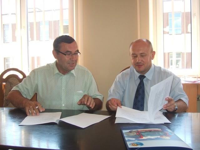 List intencyjny podpisał m.in. burmistrz Kunowa Ireneusz Ożdżyński (z lewej). Na zdjęciu z prezesem PKS Stanisławem Wodyńskim.