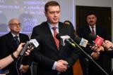 """Poseł PiS: """"Polska wygrała w Brukseli. Udało nam się osiągnąć to, o czym mówiliśmy. Wygrała też cała Europa"""". Nie będzie weta budżetu UE"""
