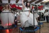 Panny młode na trampolinach w Grudziądzu [zdjęcia, wideo]