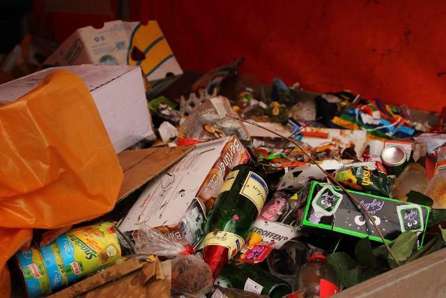 Jedzenie i odpady wrzucone do kontenera