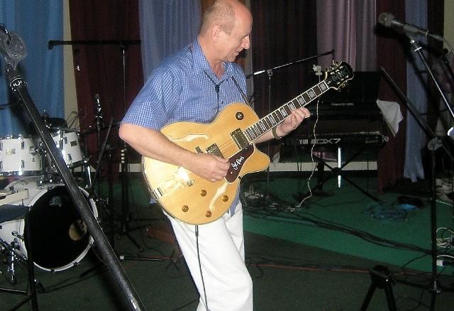 Bernard Janicki podczas próby przed koncertem w Grudziądzu