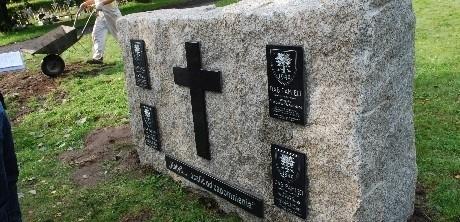Na obelisku, który zostanie jutro odsłonięty, w środku widnieje krzyż, a po bokach wiszą tablice z nazwiskami zamordowanych w Katyniu.