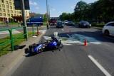 Zderzenie motocyklisty z samochodem osobowym przy skrzyżowaniu ul. Grochowskiej i Świt w Poznaniu. Motocyklistę przewieziono do szpitala
