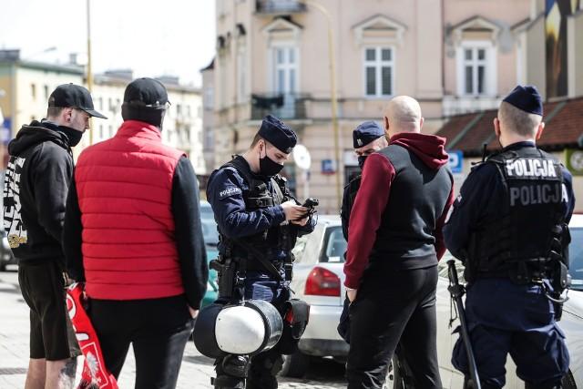 Rzeszowscy policjanci interweniowali m.in. w niedzielę, kiedy ulicami miasta przeszedł marsz przeciwko obostrzeniom i nie wszyscy mieli założone maseczki.