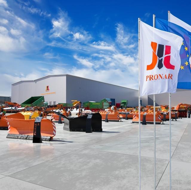 Centrum Wystawowe Pronaru w Siemiatyczach to 10-hektarowy plac przy fabryce, na którym firma prezentuje maszyny rolnicze, komunalne i recyklingowe oraz dwie hale wypełnione m.in. komponentami jakie produkuje Pronar.