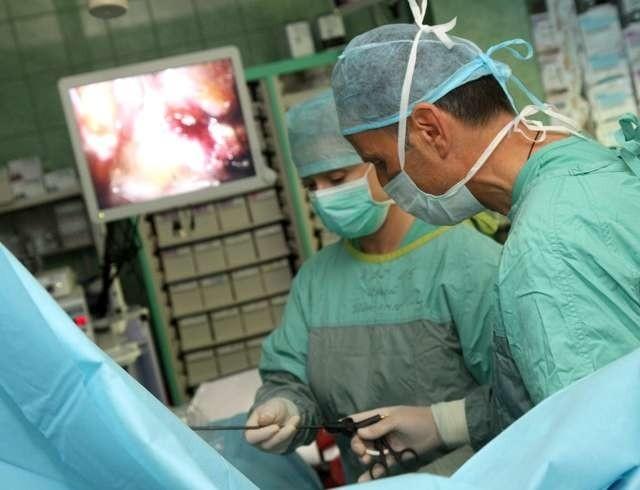 Operację przepukliny pachwinowej techniką TEP wykonuje dr Michał Chudy