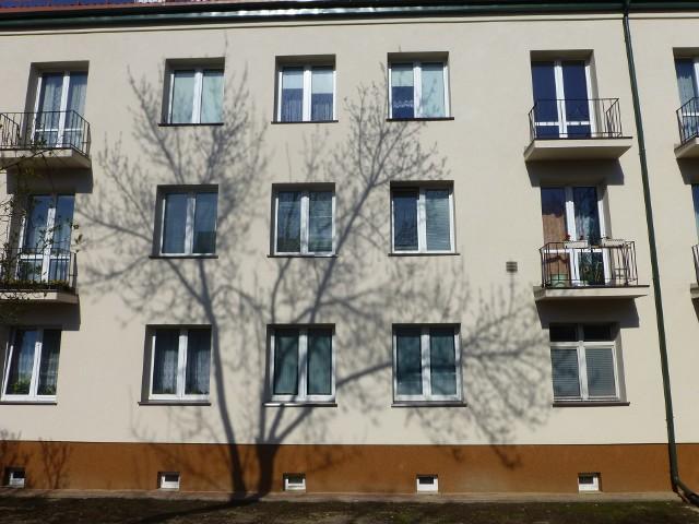 Blok mieszkalnyNiewielkie dwa pokoje w centrum Szczecina, w dobrym standardzie, są za drogie na kieszeń przeciętnego nabywcy, który zamierza posiłkować się kredytem.