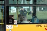 Sufit w autobusie spadł kobiecie na głowę na Traktorowej! Trafiła do szpitala