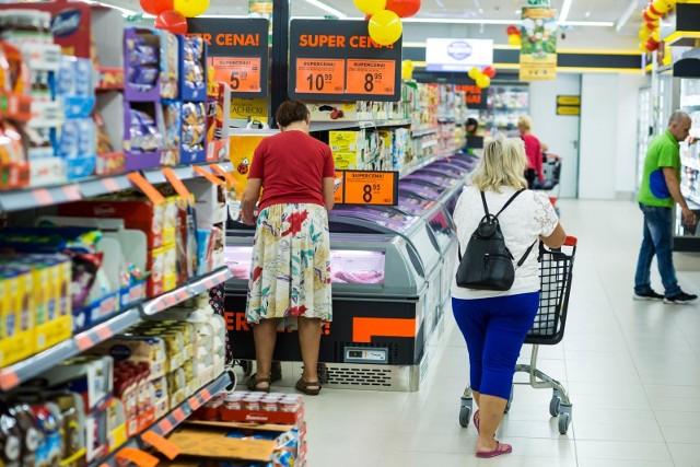 Tuż przed rozpoczęciem roku szkolnego rodzice będą mieli dodatkowy dzień na skompletowanie szkolnej wyprawki - w najbliższą niedzielę (30.08) sklepy będą otwarte. Sprawdź, kiedy będą czynne.