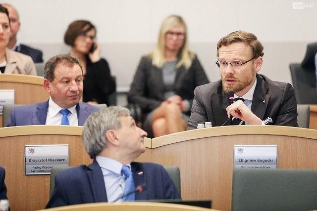 Zbigniew Bogucki, w prawym górnym rogu