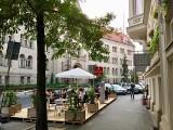 Poznań: Kawiarniany ogródek na ul. Kościuszki nie wszystkim się podoba, bo zabrał miejsca parkingowe