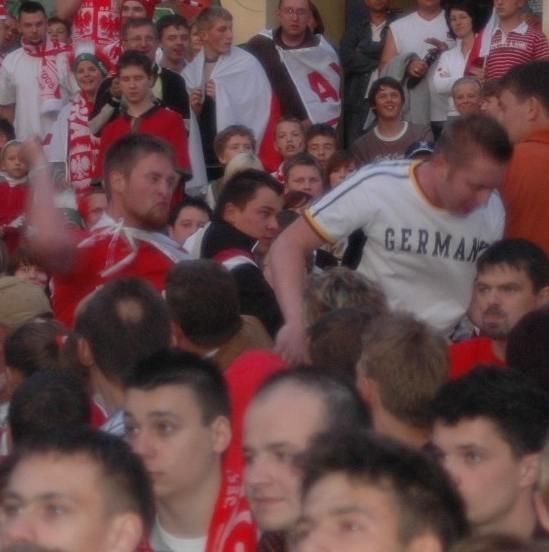 Napastnicy popychali, szturchali i wyrywali niemiecką flagę kibicom.