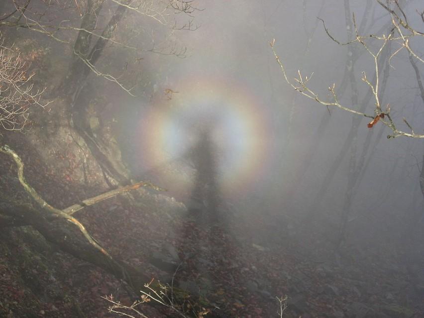 Widmo Brockenu -  zjawisko optyczne spotykane m.in. w...