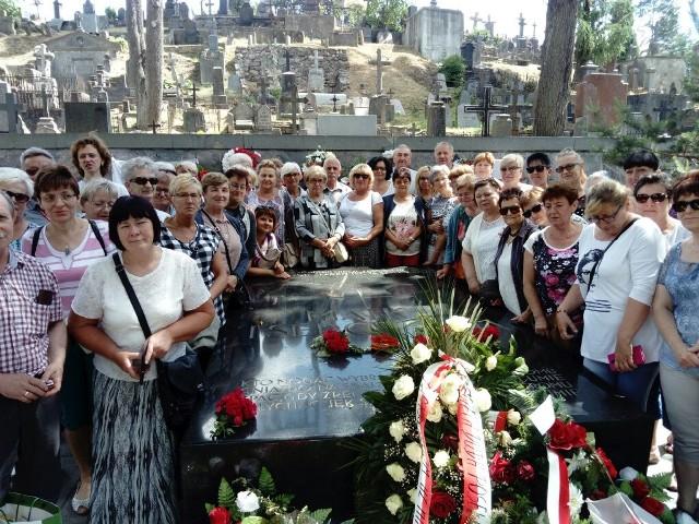Do Wilna wybrało się 60 parafian z parafii św. Michała Archanioła. Pielgrzymi odwiedzili też m.in. Gietrzwałd, Świętą Lipkę. Widzieliśmy cud Eucharystyczny w Sokółce. W Wilnie byliśmy przy Ostrej Bramie, na cmentarzu na Rossie gdzie leży matka marszałka Piłsudskiego i jego serce, widzieliśmy oryginalny obraz Jezusa Milosiernego - relacjonuje ks. Waldemar Kostrzewski. Pielgrzymka wpisała się w parafialne obchody setnej rocznicy odzyskania niepodległości. Zobacz też wideo: centrum Zielonej Góry z lotu ptaka. Niesamowite zdjęcia!POLECAMY PAŃSTWA UWADZE: