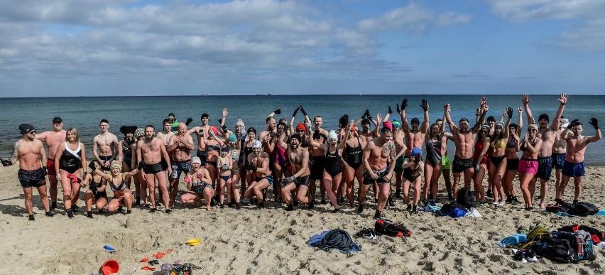 Morsy z grupy trenera personalnego Adriana Hoffmana na plaży...