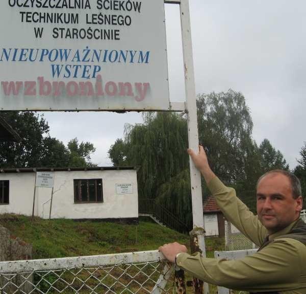 - Czas tej oczyszczalni już minął i można ją co najwyżej zamienić na szambo - mówi dyrektor Technikum Leśnego Przemysław Jarosik.
