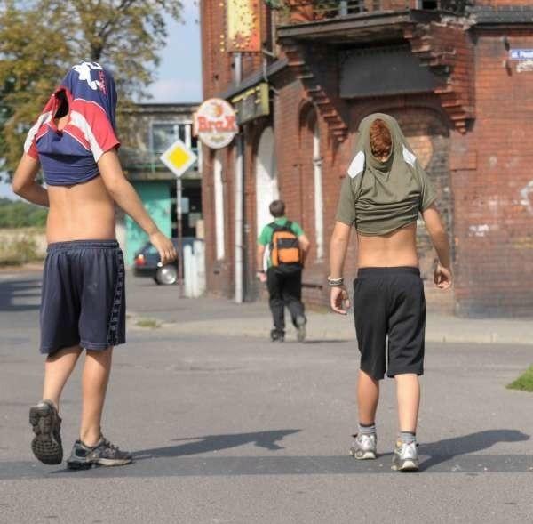 Młodzi chłopcy wolą zakrywać twarze. - Obcy to wróg - tłumaczą.
