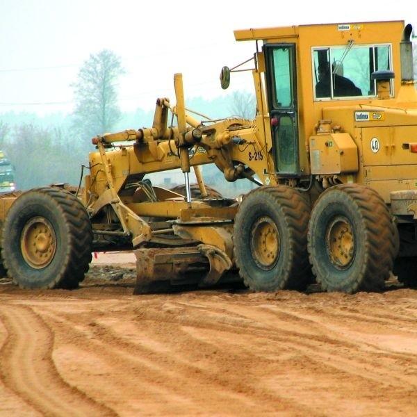 Aktualnie trwa budowa drogi prowadzącej od szosy...