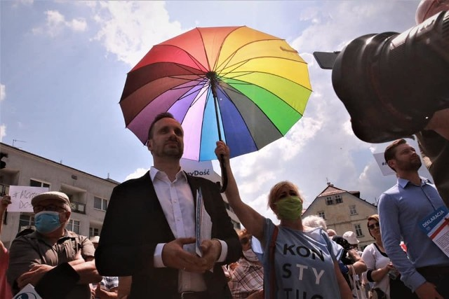 Yola Fontenelle i jej tęczowa parasolka przy posłach Januszu Kowalskim i Kamilu Bortniczuku