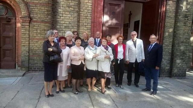 Uczestnicy spotkania przed kościołem Świętego Krzyża, w którym mszę św. odprawił abp Tomasz Peta