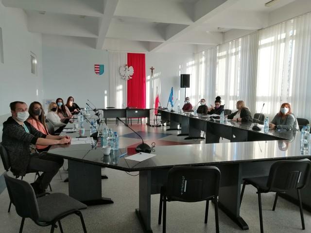 W szkoleniu z obsługi urządzenia prali udział pracownicy Starostwa Powiatowego w Przysusze.