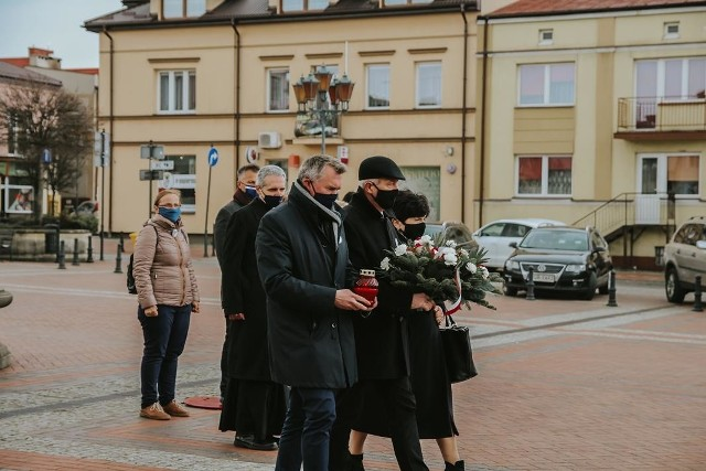 Władze miasta i powiatu uroczyście złożyły kwiaty i znicze pod pomnikiem Stefana Czarnieckiego na wareckim rynku.