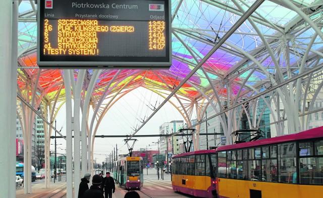 Tablice nadal pokazują taki sam rozkład jazdy, jak w gablotach. Nie wiadomo, kiedy będzie się na nich wyświetlał realny czas przyjazdu autobusów i tramwajów na poszczególne przystanki