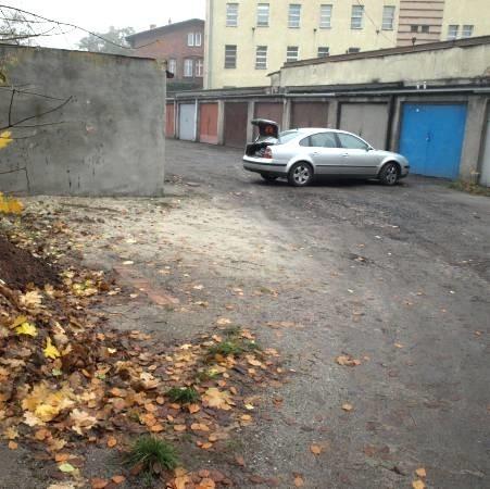 W ostatnich dniach nie padało, więc gdy wczoraj odwiedziliśmy okolice garaży, było tam sucho. - Ale po deszczu tędy nie przejdziecie - przekonywali mieszkańcy.