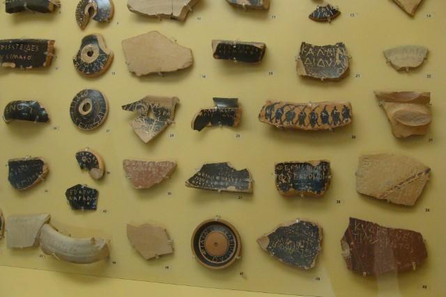Greckie skorupy ceramiczne (ostraka)Takich skorup, z wydrapanym imieniem, używano w Atenach w sądach skorupkowych (wskazywano nimi osobę, którą miano skazać na wygnanie). Ale takich skorup używano też zamiast papieru toaletowego.