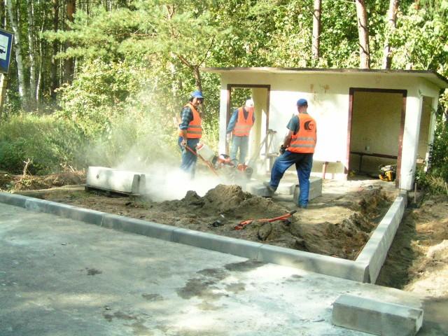 Budowa przystanku autobusowego.