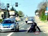 Rybnik: Mężczyzna wymachiwał nożami na środku skrzyżowania. Policja musiała go obezwładnić. Wideo trafiło do internetu
