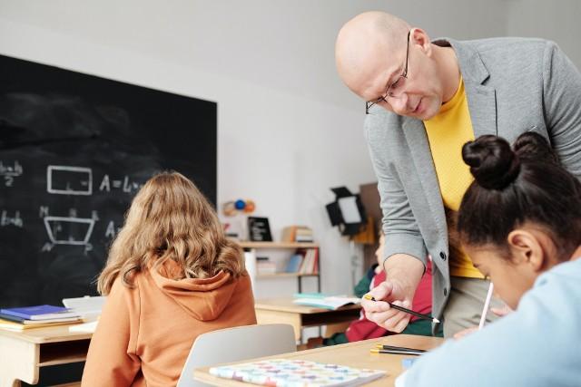 Wynagrodzenie będzie ustalane w zależności od stopnia zawodowego, wcześniejszego wykształcenia jako nauczyciel i doświadczenia, jednak nie będzie niższe niż 3.051,16 euro