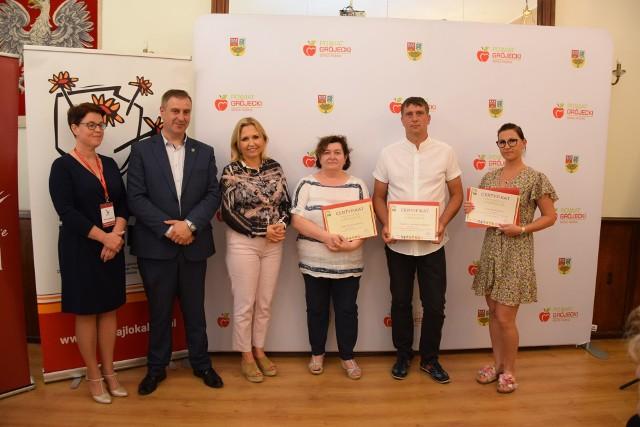 Uroczyste wręczenie umów i certyfikatów grantowych Programu Działaj Lokalnie nastąpiło 10 czerwca w sali Starostwa Powiatowego w Grójcu. Odebrali je przedstawiciele władz poszczególnych gmin powiatu grójeckiego.