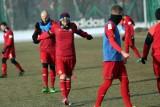 Po długiej podróży piłkarze Wisły Kraków rozpoczęli treningi w Turcji [WIDEO]