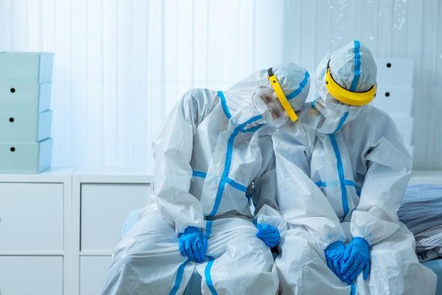 Pracownicy ochrony zdrowia mówią o tym, jak naprawdę wygląda ich codzienna praca w walce z drugą falą koronawirusa. Co jest najtrudniejsze? Do kogo i o co mają żal? Czego my, pacjenci, powinniśmy się obawiać? Zobacz na kolejnych slajdach --->
