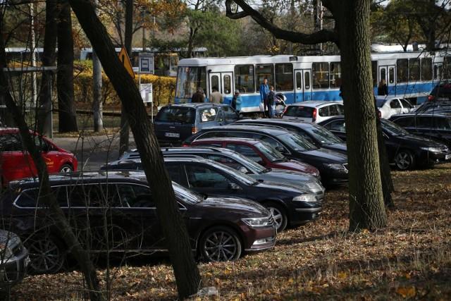 Kto parkuje swój samochód we Wrocławiu, ten wie, że to mnie lada wyzwanie. Często zostawienie samochodu zgodnie z przepisami jest niemożliwe, bo wszystkie dostępne miejsca są już zajęte. Kierowcy w desperacji i pośpiechu porzucają swoje auta gdzie popadnie, licząc na to, że tym razem mandat ich ominie. Jednak wrocławianie są bardzo wyczuleni na takie działania i sami często dzwonią do straży miejskiej czy policji, by zgłosić kłopot. Właśnie na podstawie ich zgłoszeń działa policyjna Krajowa Mapa Zagrożeń Bezpieczeństwa. Sprawdziliśmy w niej zgłoszenia (od 2017 roku do dziś) dotyczące parkowania samochodów i łamania przy tym przepisów. Okazuje się, że miejsc, gdzie kierowcy pozwalają sobie na zbyt wiele jest we Wrocławiu mnóstwo. Oto najpopularniejsze lokalizacje z liczbą potwierdzonych zgłoszeń od mieszkańców do policji.ZOBACZ W GALERII GDZIE NAJCZĘŚCIEJ ŁAMANE SĄ PRZEPISY PRZY PARKOWANIU - PO GALERII NAJŁATWIEJ PORUSZAĆ SIĘ PRZY POMOCY STRZAŁEK LUB GESTÓW NA TELEFONIE