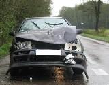 Volkswagen uderzył w lagunę. Nie zauważył skręcających samochodów. (zdjęcia)