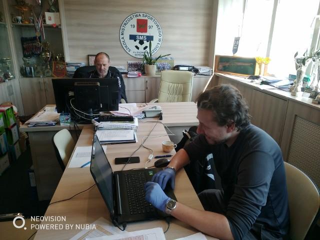 W gabinecie prezesa UKS SMS Janusza Matusiaka pracują: trener Marek Chojnacki i fizjoterapeuta Michał Mikołajczyk