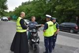 Tarnów. Policjanci z tarnowskiej drogówki pojechali na patrol z… księdzem. Zamiast mandatów były pouczenia i upominki [ZDJĘCIA]