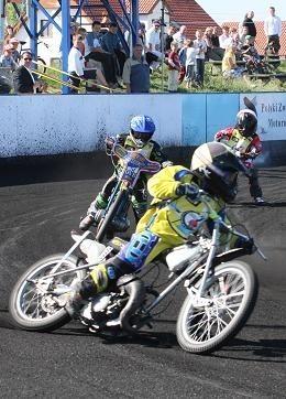 W kończącym zawody XV wyścigu prowadzi Kamil Nowacki przed Filipem Stankiewiczem i Wojciechem Fajferem. Bieg zakończył się zwycięstwem tego pierwszego.