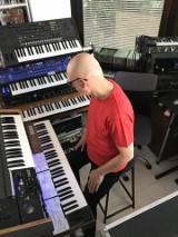 Kombi nie próżnuje. Lider grupy Sławomir Łosowski w czasie pandemii komponuje utwory na nową płytę. Zobacz wywiad i warsztat pracy artysty