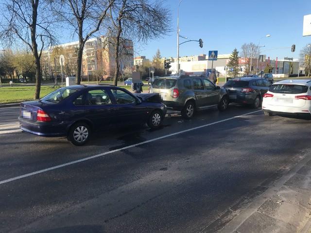 W piątek (19 kwietnia) przed godziną 18 doszło do kolizji trzech aut osobowych. Do zdarzenia doszło na ulicy Szczecińskiej, obok Zakładu Doskonalenia Zawodowego. Kierowcy poruszający się tą częścią miasta musieli liczyć się ze sporymi utrudnieniami oraz korkami.