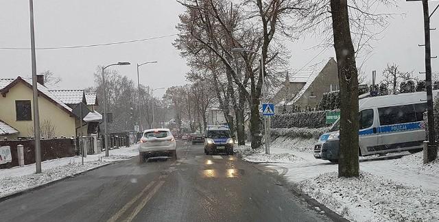 Do potrącenia pieszej doszło w sobotę, 9 grudnia, po godz. 11.00 na przejściu dla pieszych na ul. Kożuchowskiej w Zielonej Górze. Kobietę przechodzącą przez pasy potrącił  79-letni kierowca daewoo lanosa.Na miejsce przyjechała zielonogórska policja oraz karetka pogotowia ratunkowego. Potrącona została przewieziona do szpitala.Policjanci ustalają przebieg zdarzenia.Zobacz też: Najnowszy Magazyn Informacyjny GL (8.12.2017)