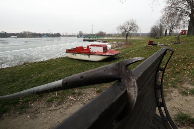 Kiedy strażacy uporali się z jednym zagrożeniem, po drugiej stronie zbiornika wodnego zobaczyli mężczyznę, który wypadł z łódki.