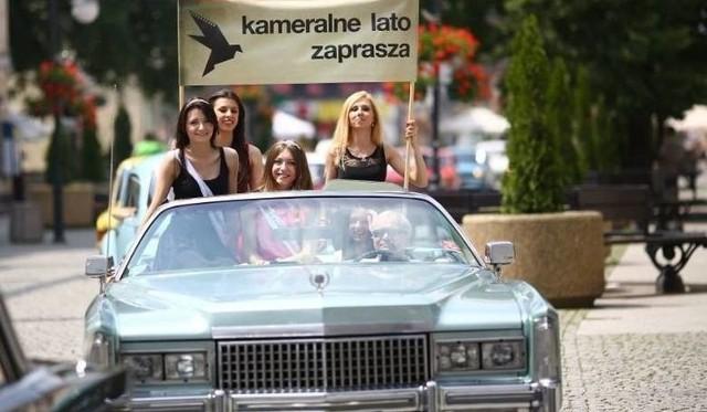 Parada aut, jak w ubiegłych latach (na zdjęciu) rozpoczęła 13. edycję Ogólnopolskich Spotkań Filmowych Kameralne Lato.