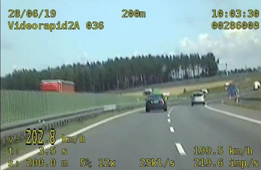 Na autostradzie A1 jak na torze wyścigowym. Kierowca jechał z prędkością ponad 200 km/h [wideo]