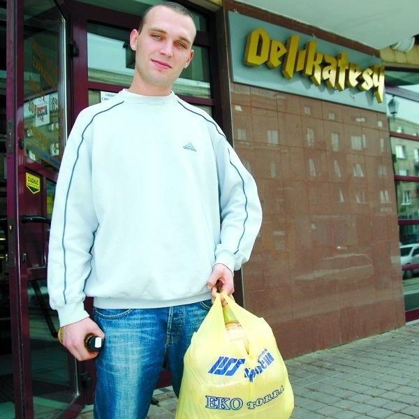 - Ekologiczne torby to świetny pomysł - mówi Adam Moczulski. -Przynajmniej ludzie nauczą się, że są one wielokrotnego użytku.