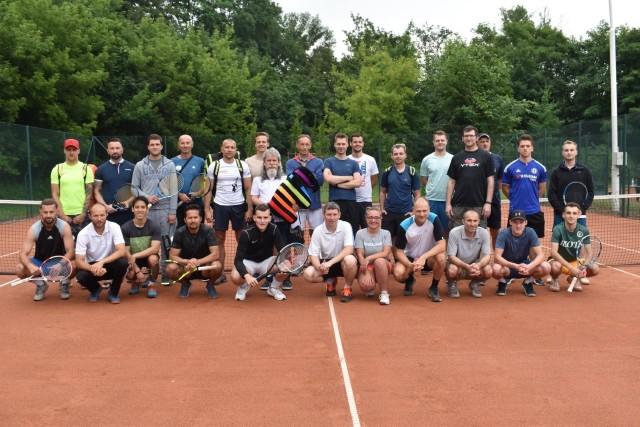 Pamiątkowe zdjęcie uczestników I Mistrzostw Poznania Amatorów w Tenisie