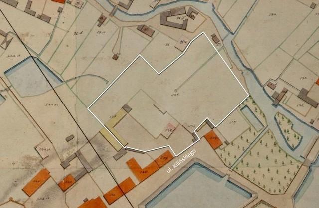 """Mapa z 1810 r. ukazuje ówczesną zabudowę posesji Daszkowskich i jej zasięg (biała linia). Fragment mapy z 1810 r. udostępniło Centrum im. Ludwika Zamenhofa. Cała mapa została opublikowana w książce """"Bojary 3""""."""