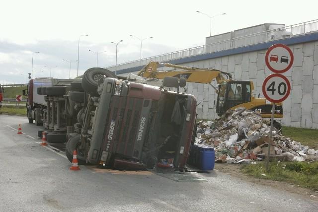 Wypadek na ul. Szczecińskiej - przewróciła się ciężarówka